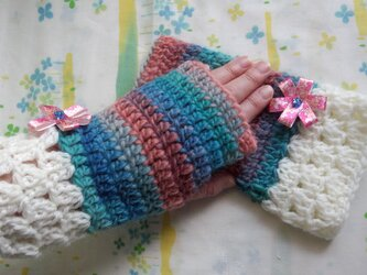 手縫い屋☆編み編みハンドウォーマー☆リボン花付き☆やわらかウール100%☆海辺の夕暮グラデ&白☆大人な組合せの画像