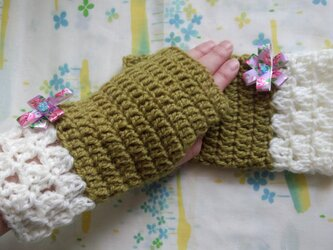 手縫い屋☆編み編みハンドウォーマー☆リボン花付き☆ウール100%☆萌黄色&白☆大人な組合せの画像