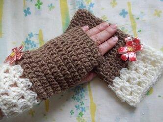手縫い屋☆編み編みハンドウォーマー☆リボン花付き☆ウール100%☆マロン色&白☆大人な組合せの画像