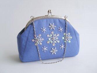 送料無料*雪の結晶*ビーズ刺繍のがま口バッグ(18i-1スカイブルー×シルバー口金)の画像