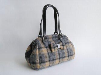 送料無料*尾州ウール*ツイードのボストンバッグ*2種のブローチ付き(18i-1グレー×黒×ベージュチェック)の画像
