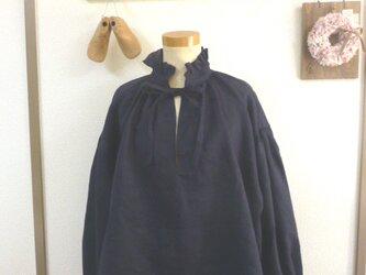 濃紺リネン100%生地 クラシカルフリル襟肩落ちプルオーバー MLの画像