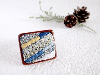 雪降る夜のストライプ刺繍ブローチの画像