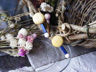 """木のいろ、うるしの木と樹脂ビーズのイヤリング """"Lolly-pop""""の画像"""