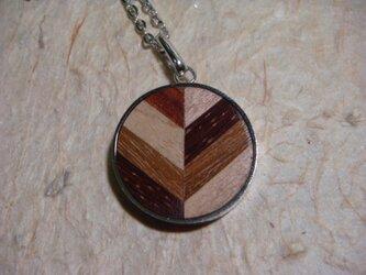 木のネックレスの画像