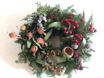 赤い実と森のクリスマスの画像