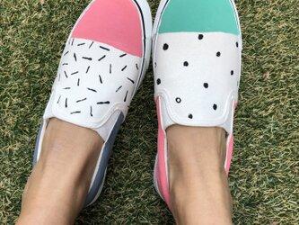 """ピンクとグリーンの元気なポップデザインのアシンメトリーシューズ """"pastel  pop """"の画像"""
