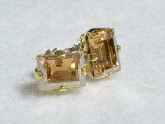 スワロフスキー・ステップカットのビジューピアス(ゴールドシャドウ・チタンポスト)の画像