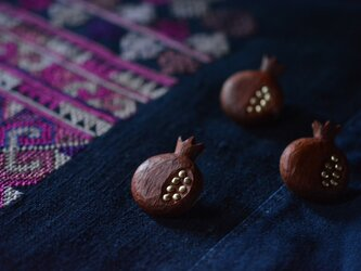 pomegranate pin broochの画像
