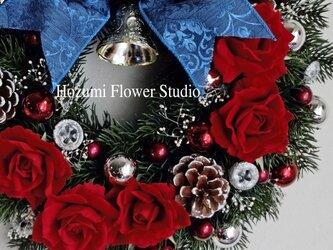 外ドアにも☆青いリボンと赤バラのクリスマスリース(30センチ)の画像