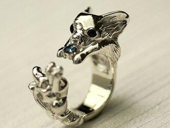 噛み犬チワワリング【送料無料】両手で押さえた宝石をかじるチワワの指輪ですの画像