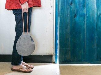 本革スウェード/ベロア製巾着サコッシュバッグ グレーの画像