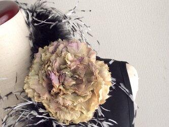 布花 芍薬のコサージュ 薄いモスグリーンの画像