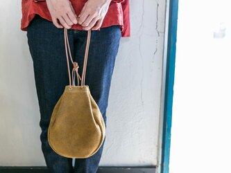 本革スウェード/ベロア製巾着サコッシュバッグ カラシの画像