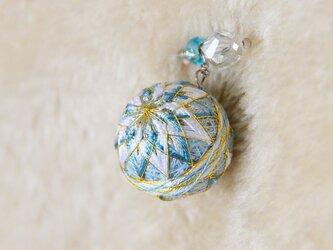 絹糸の手まりのストールピンの画像