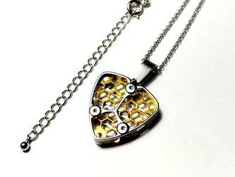 【幾何学模様のピック型ネックレス】ゴールドカラーver / ハニカムデザインの画像