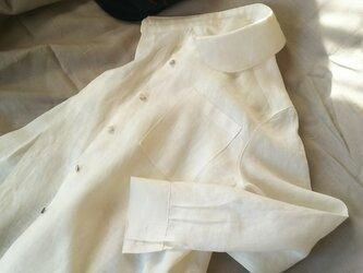 M~LL 白いリネンの丸衿シャツの画像