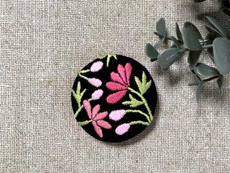 手刺繍ブローチ*桃色の花(黒)の画像