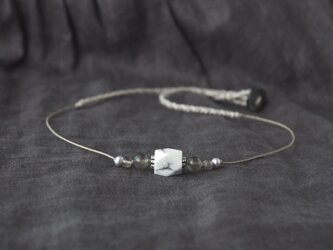 White-Gray Short Necklace(ハウライト×ムーンストーン)の画像