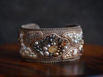 天然石とビーズ刺繍のブレスレット•グレー(淵マット)の画像