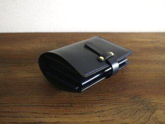 ミディアムサイズの縦長二つ折り財布:TRIP(ストラップ付き&コインポケットのボタンが隠れる仕様)の画像