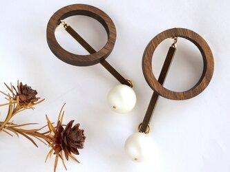 円(縁)の木片×ビッグ パール ピアス / 円(縁)の木:ウォールナットの画像