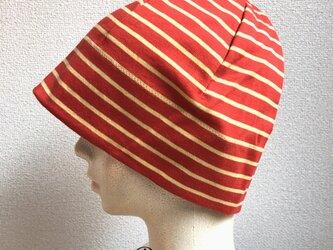 赤いボーダーの帽子の画像
