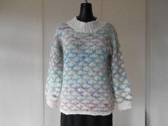 段染めモヘアと白の引き上げ編みセーターの画像