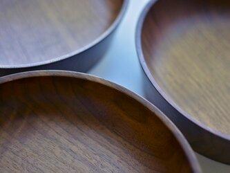 濃い色がキッチンに映えるプレート皿(W)の画像