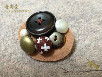 リボンとボタンのブローチ(茶)の画像