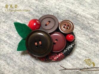 リボンとボタンのブローチ(赤)の画像