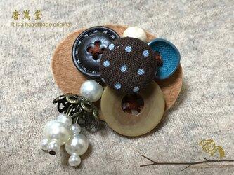 リボンと ボタンのブローチ(茶)の画像