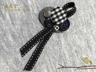 リボンと ボタンのブローチ(黒)の画像