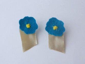 冬色 深いブルーの大きな色花イヤリングの画像