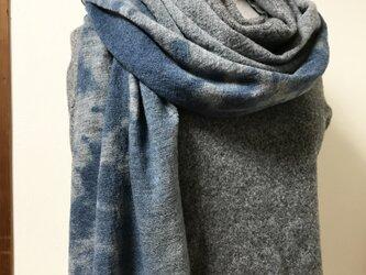 圧縮ウール100% 藍絞り染めマフラーの画像