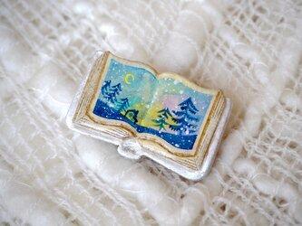 絵本みたいな陶土のブローチ《月夜に雪が降ってきた》の画像