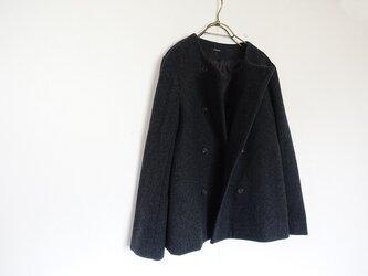 ニューイングランド/ラムウールダブルボタンノーカラーコート<チャコール/ブラック>の画像