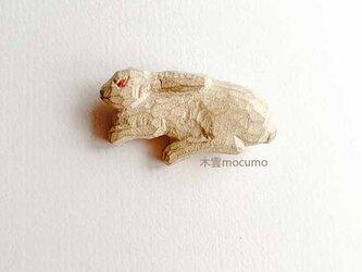 クスノキのブローチ *寝そべり白うさぎ* の画像