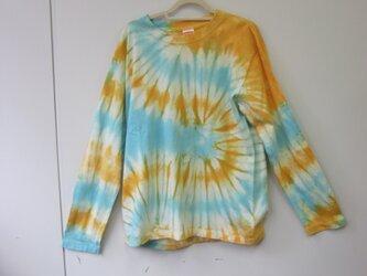 タイダイ染め オレンジとアクアマリンの不思議な模様のTシャツの画像