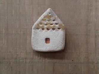 家のブローチ(グレーベージュ)の画像