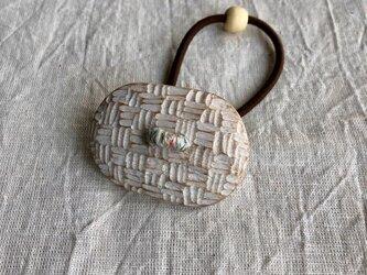 くすの木の白いヘアゴム(gom-13)の画像