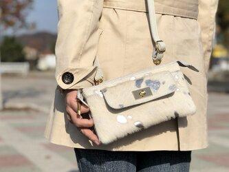 【箔シルバー毛付きレザー】お財布機能を兼ね揃えた上品クラッチにもなるお財布ショルダー/お財布ポシェット の画像