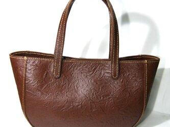 手縫いの型押し牛革のトートバッグの画像
