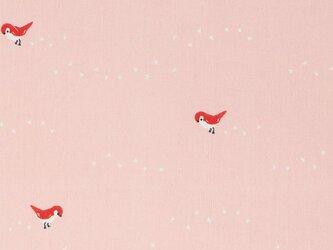 Birch プリントカットクロス Whistle-ティニーステップス ピンク 小鳥 オーガニックコットンファブリックの画像