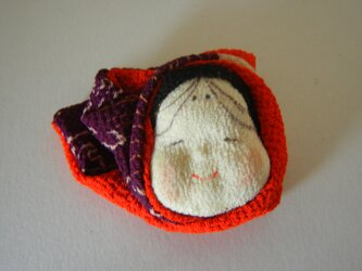 おかめのほっかむりブローチ(赤系)の画像