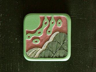 小さい木彫手鏡(division)の画像