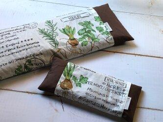 オーツ麦とドライハーブのピローセット(ハーブ図鑑・ブラウン)の画像