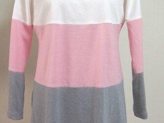 三色使いのチュニック(オフ白とピンクとグレー地)の画像