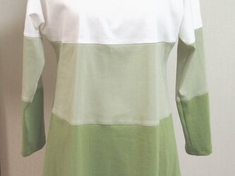 三色使いのチュニック(オフ白と薄グリーンと抹茶色)の画像
