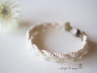 平結び×三つ編みのマクラメ編みブレスレット(生成り)の画像